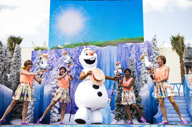 """Several times each day from June 17 through Sept. 7, the Ambassador of Hollywoodland brings Olaf and some of his friends to the Event Stage at Disney's Hollywood Studios to have a little fun with everyone """"In Summer."""" And as temperatures heat up, Olaf happily shares a burst from his personal snow cloud to cool things off. It's all part of """"Frozen"""" Summer Fun, now at Disney's Hollywood Studios, one of four theme parks at Walt Disney World Resort in Lake Buena Vista, Fla. (Ryan Wendler, photographer) (PRNewsFoto/Walt Disney World Resort)"""